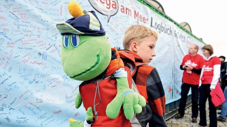 Nachwuchs: Ein junger Geocacher mit Maskottchen in  Bremerhaven.