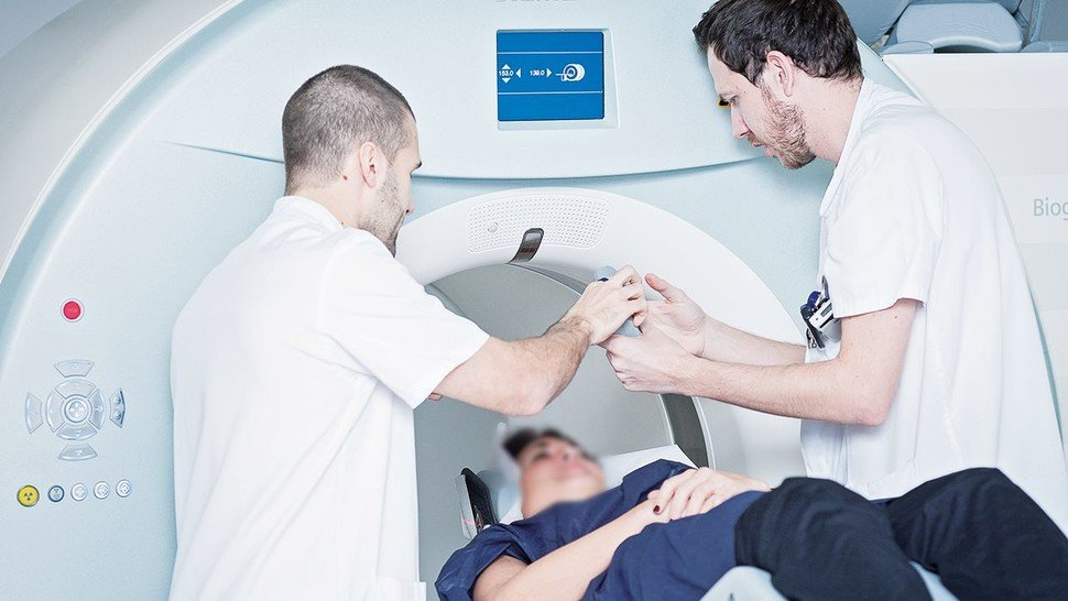 Alzheimer-Diagnose mit Tomografie: Eine Patientin wird in einer Klinik für die Untersuchung in der Riesenröhre vorbereitet.