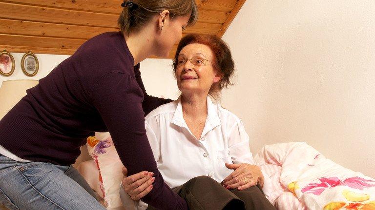 Hilfe im Alltag: Viele Angehörige, die pflegebedürftige Senioren betreuen müssen, verlassen sich auf Pflegekräfte aus Osteuropa.