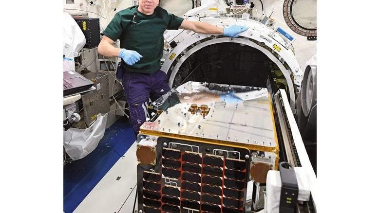 So groß wie eine Kühltruhe: Der Remove-Debris-Satellit wurde erfolgreich von der ISS im All ausgesetzt. Foto: Airbus