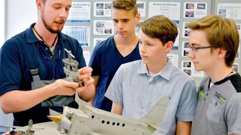 Informativ: Azubi Patrick Nehl (links) zeigt den Schülern Aufgaben für das erste Ausbildungsjahr. Foto: Scheffler