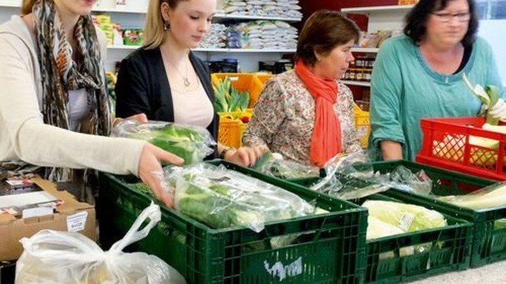 """Einsatz im """"Warenkorb"""": Isabell Rehm und Laura Scharge (von links). Foto: Werk"""