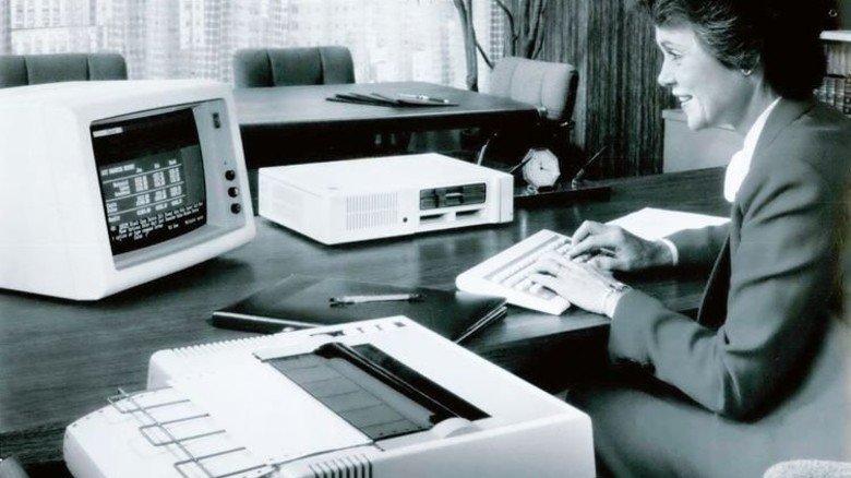Computerarbeitsplatz Anfang der 80er: Die Rechner haben uns nicht überflüssig gemacht. Foto: dpa