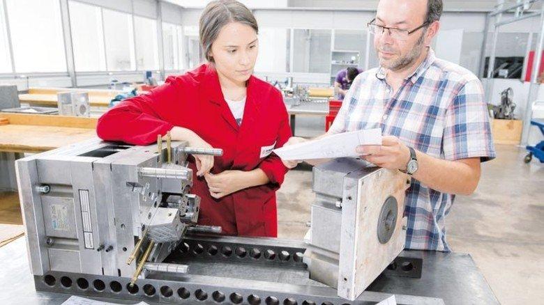 Werkzeugbau: Mit Ausbilder Peter Finkbeiner bespricht Naomi Müller ihr Projekt. Foto: Mierendorf