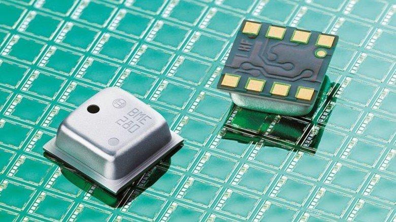 Spezial-Chip: Er misst Feuchtigkeit, Druck und Temperatur in Fitnessarmbändern oder Thermostaten. Foto: Werk