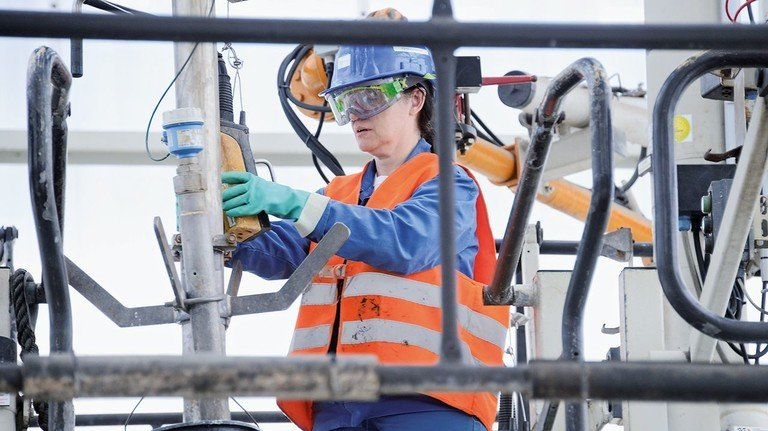 Routiniert und professionell: Mitarbeiterin Veronika Fortuna verlädt gerade bei Nouryon Gefahrgüter in Tanklastwagen.