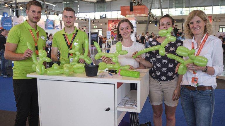 Tierischer Spaß auf der IdeenExpo: Am Stand der Kautschuk-Industrie formten Schüler und Azubis unter der Anleitung von Künstlern den Ballonhund Bonzo.