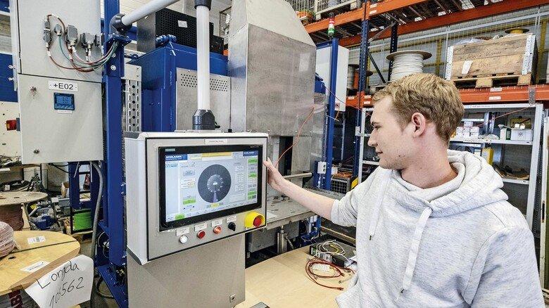Es läuft: Tobias Brokherm hat erfolgreich die Steuerung für seinen ersten  Industrieofen entwickelt.