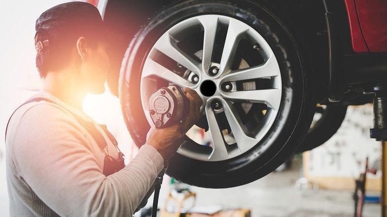 Der richtige Handgriff: Qualifizierte Fachkräfte sind das Rückgrat der Automobil-Industrie.