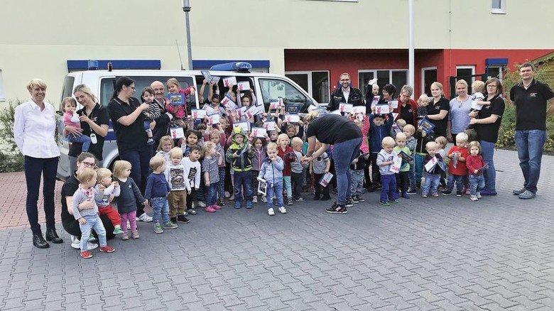 Beschenkt: Kinder aus der Betriebskita der Meyer Werft in Papenburg. Foto: Meyer Werft