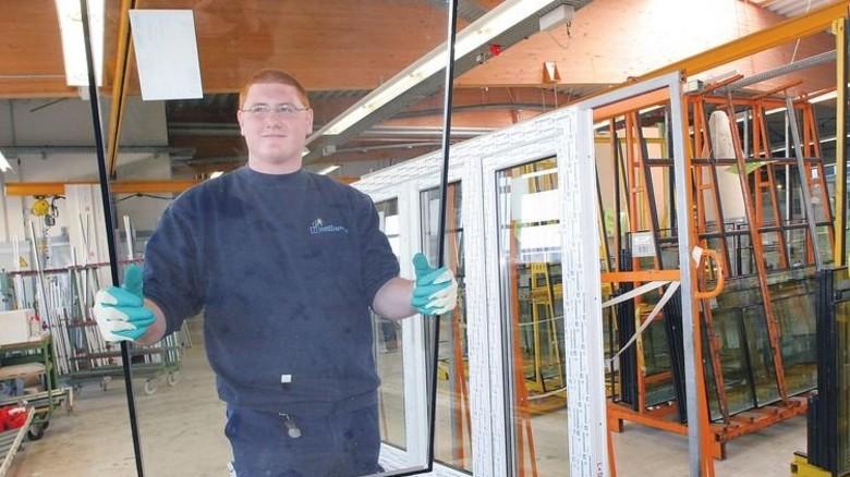 Alles im Griff: Der Kunststofffensterbauer arbeitet in der Industrie. Foto: Sandro
