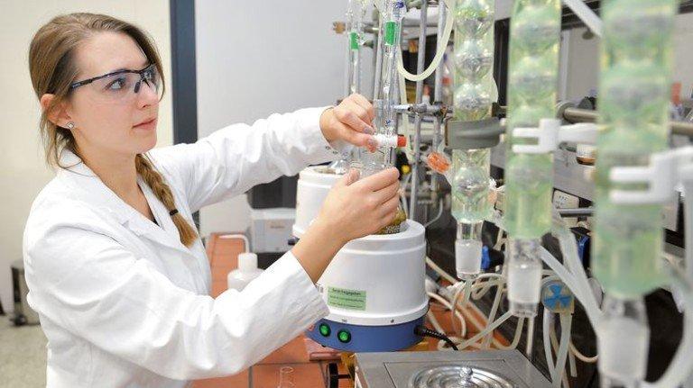 Nadja Opitz: Die Chemielaborantin arbeitet bei Weleda in Schwäbisch-Gmünd. Foto: Sigwart