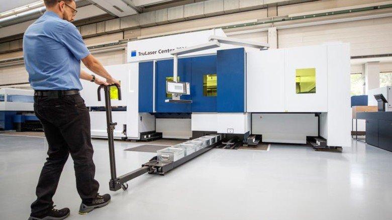 Futter für die Maschine: Das Material holt sich die TruLaser 7030 im Echtbetrieb selbst. Foto: Stoppel