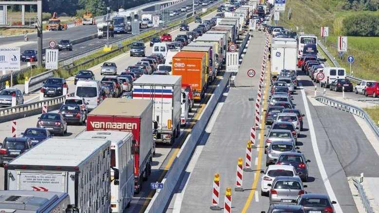 Blechschlange vor Baustelle: 2017 summierten sich die Staus auf den Autobahnen auf 1,4 Millionen Kilometer. Foto: picture alliance