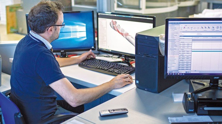 """Im """"digitalen Leitstand"""": Dank der Digitalisierung kann die Firma präzise Produkte in zuverlässiger Qualität herstellen."""