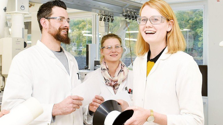 Im Labor: Die Chemielaboranten Tim Tromp und Jenny Flück mit Selina Tillmann (rechts).