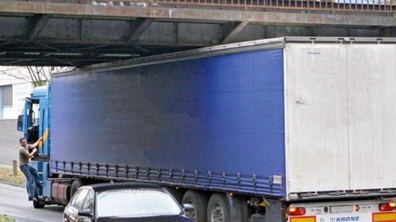 """Stecken geblieben: Sensortechnik im Lkw warnt Fahrer vor """"Idiotenbrücken"""". Foto: Funke Foto Service"""