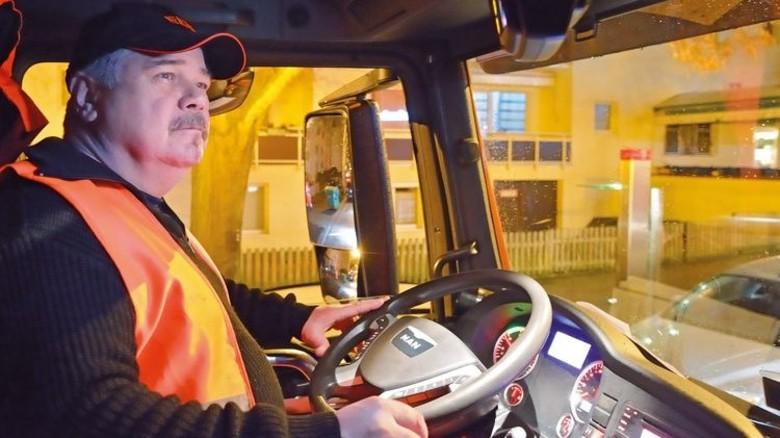 Alter Hase: Robert Lenz, der Fahrer,am Steuer des Müllwagens. Foto: Scheffler