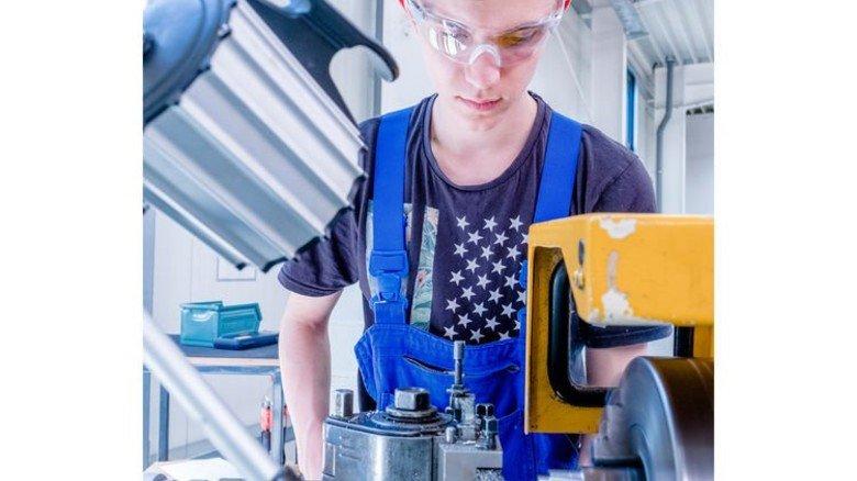 Berufliche Zukunft im Blick: Mateusz Uroda hat Gefallen an der Arbeit mit Metall gefunden. Foto: Roth