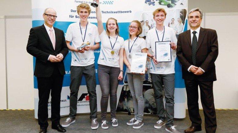 Geehrt: Ties Rabe (links) übergab den Pokal an das Axiom-Team. Foto: Nordmetall