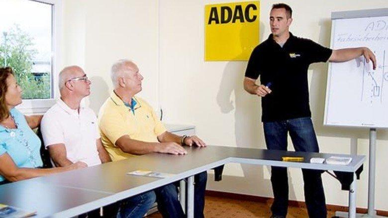 Fliehkraft und Bremsweg: So etwas wird zwischen den praktischen Übungen erklärt. Foto: ADAC
