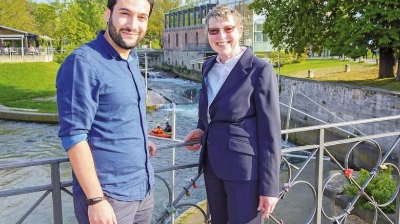 Die Job-Patin und der Ingenieur: Muhittin Evcil fand durch Elisabeth Götze einen Arbeitsplatz. Foto: Gossmann