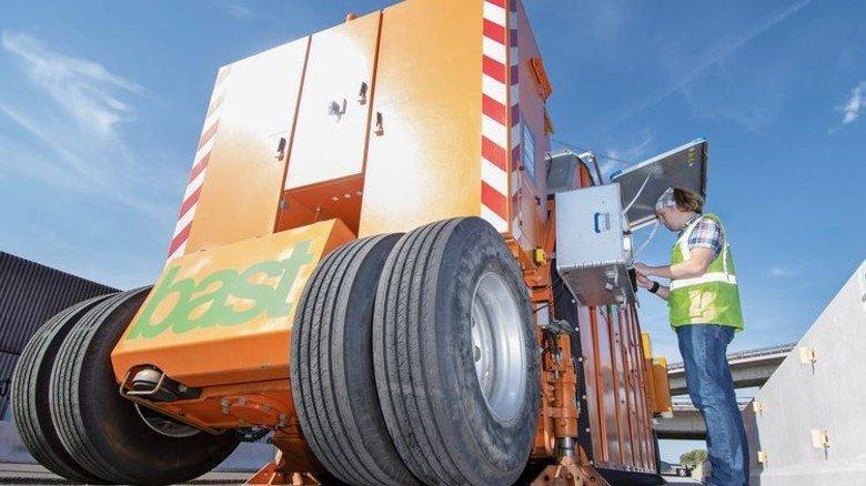 Aufwendige Technik: Mit dieser Maschine testet Bauingenieur Bastian Wacker die Haltbarkeit von Fugenverbindungen zwischen Betonfertigteilen. Foto: Moll