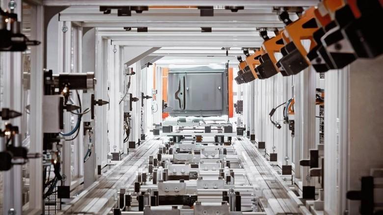Herde-Fertigung in Traunreut: An mehreren Stationen werden die Teile ins Backrohr montiert. Foto: Werk