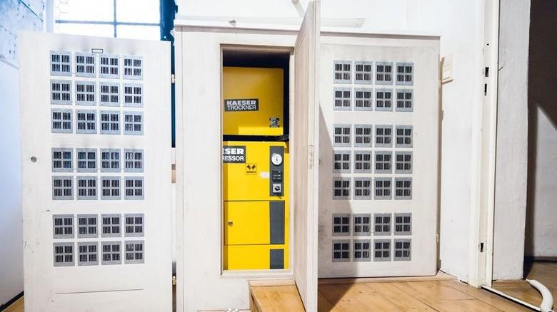 """Auf der Orgelbühne versteckt: Die """"Airbox"""" von Kaeser, Baujahr 1991, liefert Druckluft. Foto: Kaeser"""