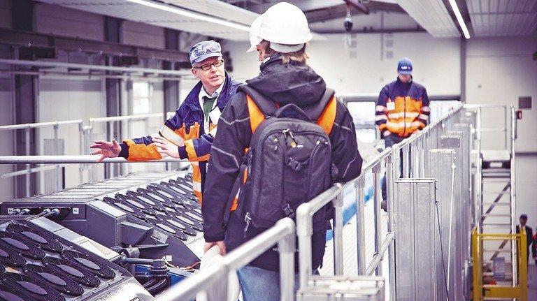 Der Zug von oben: Wirtschaftsingenieur Schrank erklärt die Brennstoffzellen.