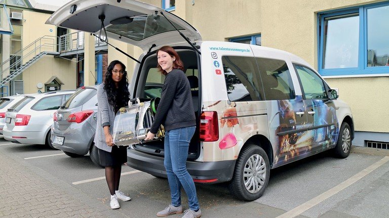 Mobil: Tharsika Sivalingam (links) und Maren Gottschling hoffen, dass sie ihr neues Fahrzeug bald wieder  einsetzen können.