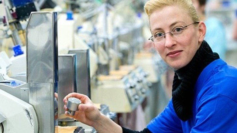 Neue Aufgabe: Anika Barz poliert optische Linsen. Foto: Karmann