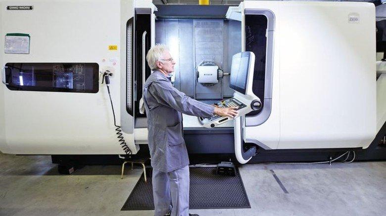 Vorsprung durch Technik: Peter Kretzschmar an einer modernen CNC-Maschine, die nach dem Umzug in die neue Zentrale im Kieler Süden angeschafft worden war. Foto: Augustin