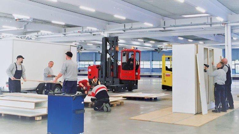 Training on the Job: Anfang November wurden die Teile der ersten Referenzkabine in der großen Halle zusammengesetzt. Foto: Werk
