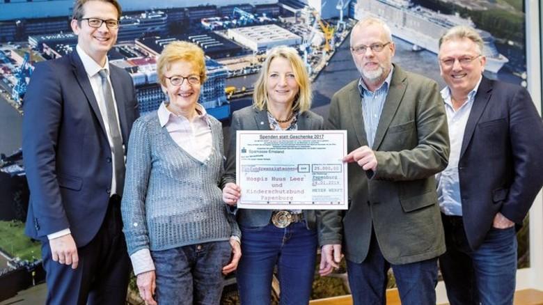 """Scheck-Übergabe: Bei der Aktion """"Spenden statt Geschenke"""" kamen 25 000 Euro zusammen. Foto: Wessels/Meyer Werft"""