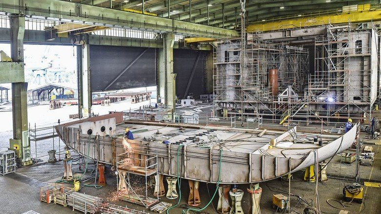 Es geht voran: Ein Blick in die Werfthalle von Pella Sietas, in der das Saugbaggerschiff gebaut wird. Foto: Christian Augustin