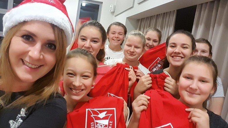 Fidele Truppe: Anika Demuth mit ihren jungen Tanz-Talenten vom KCV in Grevesmühlen.