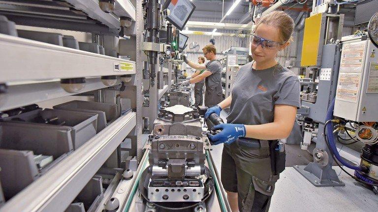 Fertigung: Danfoss-Mitarbeiterin Kathrin Harder an einer Montagelinie von Feldmann.