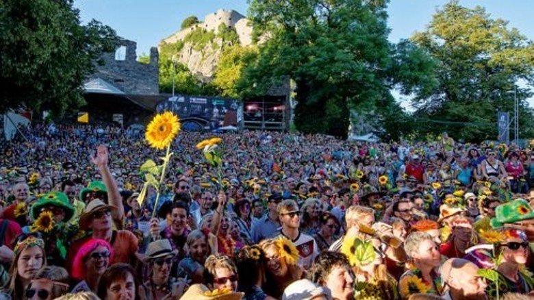Flower-Power: Das Hohentwielfestival mit Burgkulisse. Foto: Danneffel