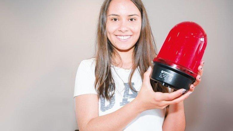 Überall im Einsatz: Naomi Müller konstruiert Werkzeuge, mit denen solche Signalleuchten produziert werden. Foto: Mierendorf