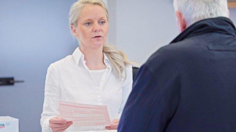 Neukunde: Geschäftsführerin Aida Leibbrand berät einen Mann, der Hilfe braucht. Foto: Eppler