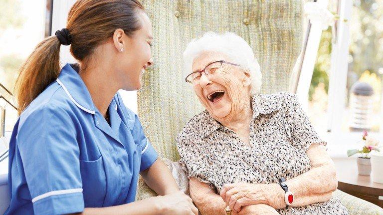 Pflegefall: 2,9Millionen Menschen werden zu Hause umsorgt, von Angehörigen oder Freunden – und 780.000 im Pflegeheim.