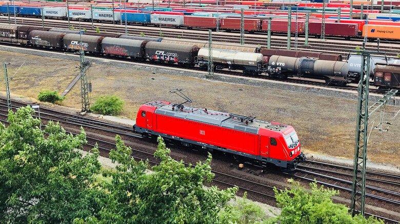 Der Rangierbahnhof Maschen bei Hamburg: Es ist der größte von ganz Europa. Die Logistikdrehscheibe hat fast 300 Kilometer Gleise, rund 750 Weichen und etwa 900 Signale.