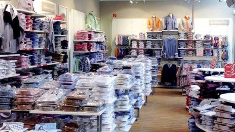 Einfach, aber günstig: Im Seidensticker-Store stapeln sich Retouren und Restbestände älterer Kollektionen. Foto: Werk