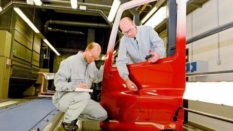 Alles gut? Volker Hackenberg (links) und Thorsten Jäger kontrollieren den Lackauftrag. Foto: Wirtz
