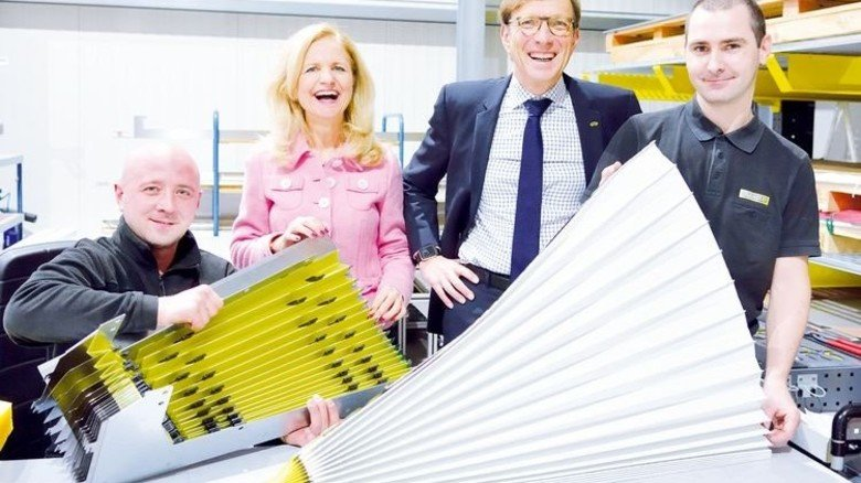 Im engen Kontakt: Simone Weinmann-Mang und Wolf Matthias Mang mit den Produktionsmitarbeitern Alexander Fleer (links) und Eduard Voss. Foto: Scheffler