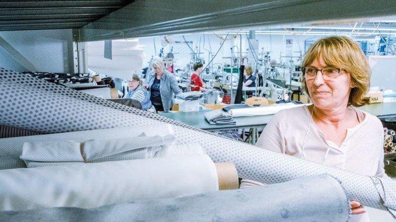 Musterzuschnitt: Andrea Düsterhöft (vorn) mit Futterstoff für Hosen aus der Kollektion. Foto: Roth