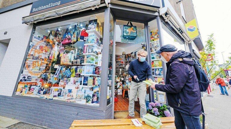 Flexibel: Ob Geschäfte an der Ladentür, wie hier in Düsseldorf, oder Auslieferung per Rad – viele kleine Läden konnten ihre Kunden in der Krise binden.