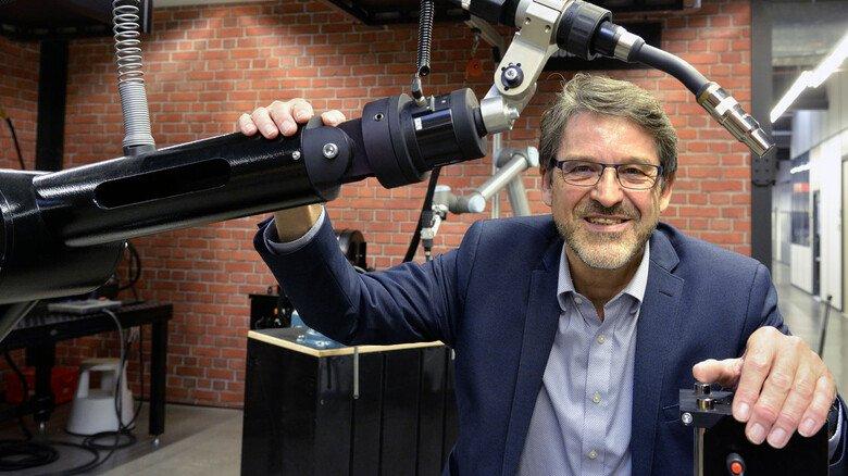 Vorzeigeprodukt: Torsten Müller-Kramp, Geschäftsführer von Abicor Binzel im hessischen Buseck, mit einem automatischen Schweißbrenner für die Industrie.