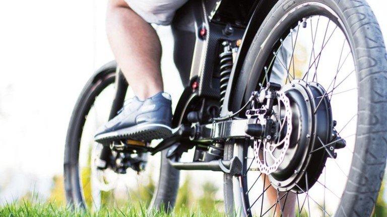 Mit Motörchen geht's schneller: Mehr als Tempo25 darf ein Pedelec aber nicht fahren. Foto: dina_asileva - stock.adobe.com